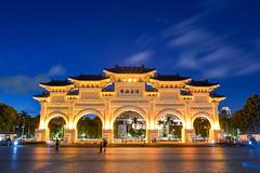 自由廣場(DSC_7554) (nans0410(busy)) Tags: taiwan taipei freedomsquare lighting building sky cloud bluetime outdoors plaza 台灣 台北市 自由廣場 光影