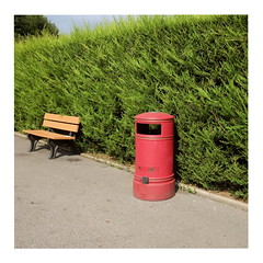 78 (trash can) (ngbrx) Tags: paultonspark ower newforest hampshire england freizeitpark trash can mülleimer hecke hedge bank bench asphalt uk united kingdom grossbritannien great britain