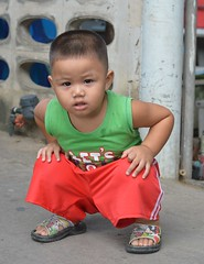 squatting boy (the foreign photographer - ฝรั่งถ่) Tags: squatting boy toddler khlong thanon portraits bangkhen bangkok thailand nikon d3200