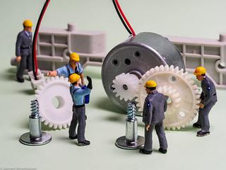 Tiny people - Montageteam bei der Arbeit
