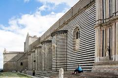 Un gelato all'ombra del Duomo... (Renato Pizzutti) Tags: orvieto umbria gelato donna ombra linee duomodiorvieto prospettiva nikond750 renatopizzutti