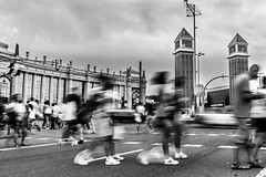 Societat moderna (Ramon InMar) Tags: moviment movement longexposure bw blancinegre street urbana urban crossing