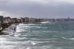 Marée haute à Saint-Malo (Emmanuel Cattier -) Tags: france saintmalo océan mer tempête vague jetée bretagne illeetvilaine eau bord côte côtedémeraude personnes bâtiment marée baigneur baie emmanuelcattier manusoft oeiletlumière oeillumière