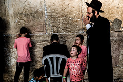 Family Viewing-DSC_7887 (thomschphotography3) Tags: israel jerusalem family children boys westernwall klagemauer religion jew jewish father man prayer praying streetphotography