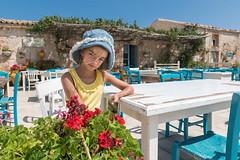 Turista a Marzamemi (Phantom65) Tags: sicilia sicily italia italy turismo turista marzamemi siracusa ristorante d850 nikon