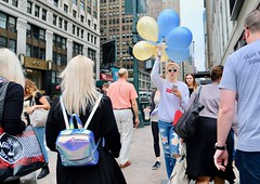 Ready to Party (dangaken) Tags: ny nyc newyorkcity newyorknewyork newyorkny bigapple empirestate city urban eastcoast september2018 september manhattan midtownmanhattan upperwestside downtown balloons whitesunglasses blonde sweatshirt rippedjeans party balloon
