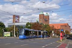 Avenio 2801 auf der Fahrt zum Dutzendteich an der Haltestelle Wodanstraße mit Blick auf die Gustav-Adolf-Gedächtniskirche (Frederik Buchleitner) Tags: 2801 avenio mvg nürnberg siemens strasenbahn streetcar t1 t16 testbetrieb tram trambahn vag
