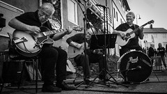 18.08.2018 12.50 (limerot) Tags: artic norway articraceofnorway northcapemunicipality northcape nordkappkommune guitar street monochrome band joy honningsvåg magerøya finnmark northernnorway