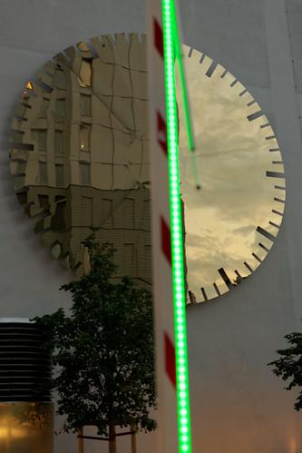 Wandschmuck hinter grün leuchtender Schranke rot/weiß