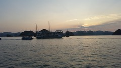 VIETNAM (Grace R.C.) Tags: vietnam bahíadehalong barco boat agua water mar sea sunset atardecer puestadesol