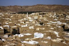 Tarim - bird's eye view (motohakone) Tags: jemen yemen arabia arabien dia slide digitalisiert digitized 1992 westasien westernasia ٱلْيَمَن alyaman