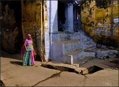 Pink.   Bundi (Claire Pismont) Tags: asie asia inde india rajasthan pismont clairepismont colorful couleur color colour woman streetshot street streetphotography sari blue bundi documentory