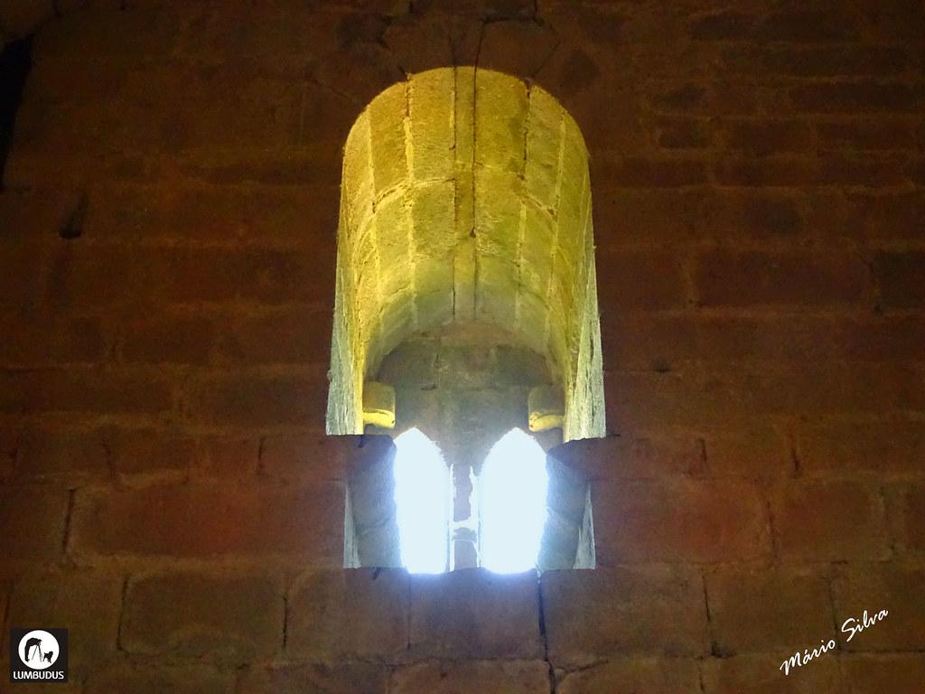 Águas Frias (Chaves) - ... vista interior da janela na torre de menagem do Castelo de Monforte de Rio Livre (monumento nacional) ...