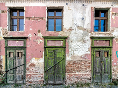 Strada Turnului 7, Sibiu, Romania (Aethelweard) Tags: sibiu sibiucounty romania ro old derelict forgotten canon town historic building colourful colorful crumbling door doorway window rotten six three doors windows green pink bricks lost abandoned efs1018mmf4556isstm neglected