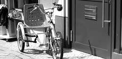 My hometown ! Oldenburg, Lower Saxony ( Niedersachsen ), Germany  - in the pedestrian zone ! (tusuwe.groeber) Tags: street strase shot photographing aufnahme ablichtung oldenburg sony nex7 lowersaxony niedersachsen germany deutschland fusgängerzone pedestrianzones rad fahrrad räder fahrräder bicycle bike velo schwarz weis black white sw bw blanco negro fiets humanpoweredvehicle liegerad liegedreirad recumbentbicycle recumbent trike vélocouché vélohorizontal vélorizontal