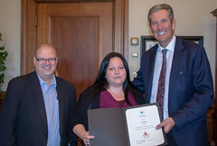 MANITOBA: Award recipient/lauréate Julie Black with/avec the Honourable/l'honorable Kelvin Goertzen, Minister of Education and Training/ministre de l'éducation et la formation, and/et Premier/premier ministre Brian Pallister