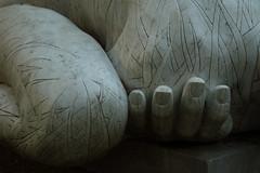 2018_09_15_Festa Uva_025 (Fabio Casiraghi) Tags: arquà petrarca padova colli euganei festa uva veneto rabarama monumento statua sculpture fingers dita shoulder spalla leg gamba