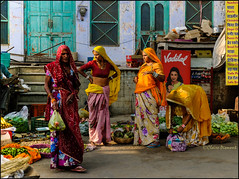 Veggies.   Pushkar (Claire Pismont) Tags: asie asia inde india rajasthan clairepismont pismont colorful couleur color colour women vegetable veggies documentory dailylife pushkar street streetshot streetphotography sari