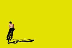 Voglia di bicicletta (meghimeg) Tags: 2018 genova bicicletta bike ragazzo boy giallo yellow ombra shadow sole sun
