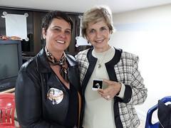 11/09/18 - Em Bento Gonçalves, com Marli Villa. Yeda foi presenteada com novo pingente tucano.