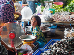 Le marché à Khao Yoi Market.. (geolis06) Tags: geolis06 asie asia thailande khaoyoi phetchaburi olympus portrait marché market seller marchande street