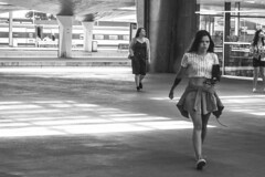 Na estação (At the railway station) (A. Paulo C. M. Oliveira) Tags: instantâneo snapshot gentes peoples pretoebranco pb blackandwhite bw porto portugal nikon d3000