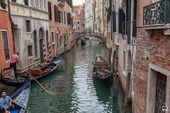 Un canal de Venecia (Jesus M Glez) Tags: canal góngola gondoleros turismo puentes casas agua itinerario