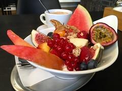 Sonntag in jeder Hinsicht (bornschein) Tags: black kaffee café cup müsli obst indoor herbst sonntag frühstück foodporn stuttgart food