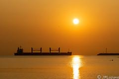 Carguero entrando al puerto (josmanmelilla) Tags: melilla mar costas verano pwmelilla flickphotowalk pwdmelilla pwdemelilla amaneceres amanecer barcos