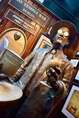 Les gens de Dublin (jpdu12) Tags: jamesjoyce jeanpierrebérubé jpdu12 dublin irlande ireland bar templebar nikon d5300 bière littérature