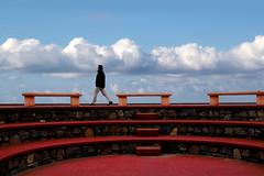 Nell'arena (meghimeg) Tags: 2018 laigueglia uomo man arena rosso red cielo sky nuvole cloud