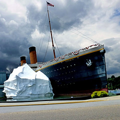Titanic Park - Tennesse (pom'.) Tags: parkway hendersonsprings pinegrove pigeonforge sevierville greatsmokymountains knoxville titanic blueridgeparkway usroute441 panasonicdmctz30 july 2018 tennessee roadtrip sky clouds highway usa unitedstatesofamerica northamerica america americanwayoflife fromamovingvehicule 100 200