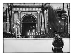 Sous haute surveillance.... (francis_bellin) Tags: 2018 lliberta chanteuses espagne monochrome street streetphotopolice blackandwhite photoderue policier noiretblanc concert barcelone
