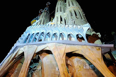 A La Sagrada Familia (Fnikos) Tags: city sky gaudí antonigaudí religion basílica lasagradafamilia construction building architecture sculpture column tower art modernism temple dark light night nightview nightshot outdoor