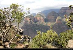 Three Rondavels Lookout, Blyde River Canyon, South Africa (JH_1982) Tags: three rondavels lookout blyde river canyon blyderivierspoort fluss tal view aussicht aussichtspunkt drakensberg blyderivierkloofnatuurreservaat natuurreservaat escarpment nature landscape landschaft scenery scenic mountains mountain rocks berge felsen gebirge valley schlucht trees mpumalanga reserve motlatse south africa rsa za südafrika sudáfrica afrique sud sudafrica 南非 南アフリカ共和国 남아프리카 공화국 южноафриканская республика جنوب أفريقيا