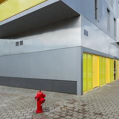 Le bon samaritain (CrËOS Photographie) Tags: ville urbain couleur rouge jaune vert gris ligne rue architecture