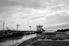 Gute Reise! / Have a safe journey! (Lichtabfall) Tags: elbe schwarzweiss monochrome blackandwhite blackwhite einfarbig sw bw ship schiff schleuse sluice nordostseekanal kielcanal brunsbüttel