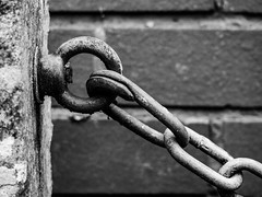 365.257 - Chained (AmyGStubbs) Tags: 14sep18 2018 365the2018edition 3652018 chain day257365 epl3 olympus olympus1442f3556iirmsc post texture wall