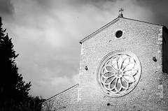 36318 - Abbazia di Valvisciolo (Diego Rosato) Tags: valvisciolo abbazia abbey rosone chiesa church cielo sky nuvole albero tree nikon d700 70200mm sigma rawtherapee bianconero blackwhite