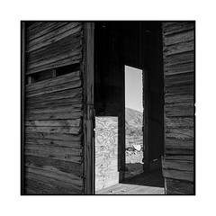 textures • rhyolite, nv • 2018 (lem's) Tags: textures cain cabane doors portes wood bois desert ghost town ville fantome rhyolite nv nevada rolleiflex t