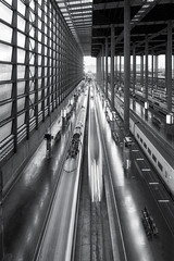 velocidad (jetepe72) Tags: tren atocha blanco y negro madrid estacion ferrocarril nikon larga exposicion blackandwhite urbana urban