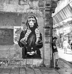 Dos au mur (Photographette76) Tags: nb noiretblanc bw blackandwhite street streetphotography photoderue photographiederue paris marais rue mur wall affiche tag