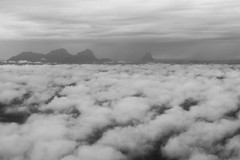Nuvens e Serra do Curicuriari ou Bela Adormecida (Johnny Photofucker) Tags: amazonas sãogabrieldacachoeira am céu sky nuvens nuvem nuvole nuvola cloud clouds preto branco black white noiretblanc nero bianco monochrome serra curicuriari belaadormecida 40mm lightroom