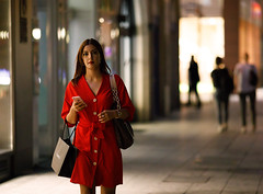 Red alert (graveur8x) Tags: woman candid street portrait frankfurt germany deutschland lady red dress night dark bag shopping eyecontact beautiful lights girl dof streetphotography strase people outdoor outside summer evening bokeh canon canoneos5dmarkiv canonef135mmf2lusm 5d 135mm f2