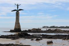 Saint-Nazaire : le Monument américain (philippeguillot21) Tags: monument statue sculpture soldat saintnazaire plage bretagne paysdelaloire loireatlantique colonne épée casque sammy vanderbiltwhitney fouesnant pixelistes canon
