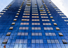 Fenêtres sur la ville (L'Abominable Homme de Rires) Tags: ladéfense paris building skyscraper gratteciel immeuble verre tour igh bleu blue iledefrance canon5d 5dmkiii sigma 24105mmf4 dxo photolab lightroom city urban