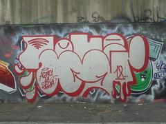alzaci la sedia! (en-ri) Tags: tots crew bianco rosso arrow 18 2018 torino wall muro graffiti throwup writing reser gocce