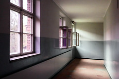 zwaar verleden (roberke) Tags: windows ramen vensters gang vloer floor plafond polen auschwitz
