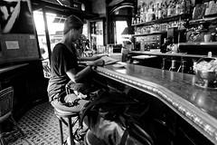 Un p'tit noir chez le café Métro (Paolo Pizzimenti) Tags: vitesse café petit noir métro flou bancàzinc paris paolo olympus zuiko e5 omdem1mkii 25mm f18 1122mm f2 8 film pellicule argentique doisneau