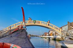 Aveiro, Portugal - Ponte dos Carcavelos (Ponte dos Namorados) (Placido De Cervo) Tags: pontedoscarcavelos pontedosnamorados sãoroque aveiro barca boat portugal veneza moliceiro canal ria canali venezia